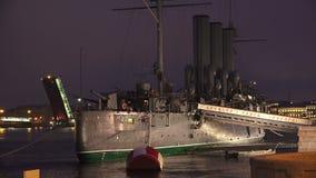 L'incrociatore dell'aurora a St Petersburg notte 4K archivi video