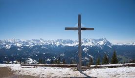 L'incrocio della montagna a wank la sommità con la vista alle alpi nell'inverno Fotografia Stock