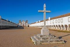 L'incrocio di pietra davanti agli alloggi del pellegrino e della chiesa del santuario di Nossa Senhora fa Cabo Immagini Stock