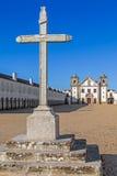 L'incrocio di pietra davanti agli alloggi del pellegrino e della chiesa del santuario di Nossa Senhora fa Cabo Fotografia Stock Libera da Diritti