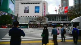 L'incrocio di Shibuya è uno degli attraversamenti più occupati nel mondo archivi video