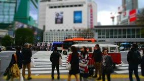 L'incrocio di Shibuya è uno degli attraversamenti più occupati nel mondo video d archivio