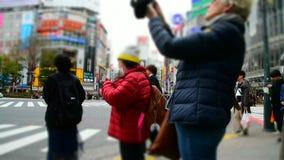 L'incrocio di Shibuya è uno degli attraversamenti più occupati nel mondo stock footage