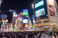 L'incrocio di Shibuya è uno degli attraversamenti più occupati nel mondo Immagine Stock