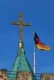 L'incrocio e la bandiera tedesca del castello di Wartburg Fotografia Stock