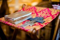 L'incrocio e la bibbia nella chiesa ortodossa Fotografia Stock