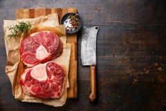 L'incrocio fresco crudo ha tagliato lo stinco del vitello per la fabbricazione dell'ossobuco Fotografia Stock