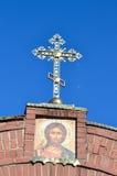 L'incrocio sulla chiesa sul fondo del cielo blu Fotografia Stock Libera da Diritti