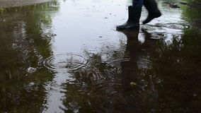 L'incrocio umano inzuppa l'acqua stock footage