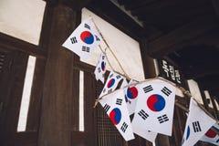 L'indépendance Hall et drapeau national coréen Taegeukgi au parc de l'indépendance de Seodaemun à Séoul, Corée image stock