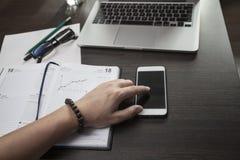 L'indépendant au travail avec le téléphone Image libre de droits