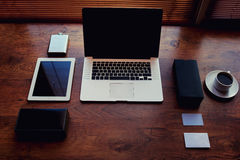 L'indépendant a besoin du poste de travail avec les accessoires et la tasse de café Photographie stock libre de droits