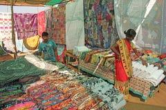 L'Inde, GOA, le 24 janvier 2018 Marché indien du village d'Anjuna Marchandises et peintures lumineuses de l'Inde Les vendeurs ven image stock