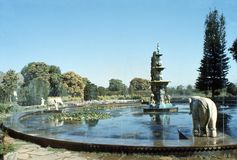 1977 l'Inde Udaipur Une fontaine d'éléphant dans le ki Bari de Sahelion de parc Images libres de droits