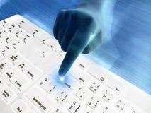 L'index de la travailleuse active indiquant la poussée entrent dans le bouton sur le clavier blanc Images libres de droits