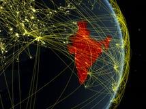 L'India alla notte sul pianeta Terra del pianeta con la rete Concetto di connettività, del viaggio e della comunicazione illustra illustrazione di stock
