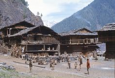 1977 L'India La gente locale da Malana, sta incontrandosi su un quadrato del villaggio Immagine Stock Libera da Diritti