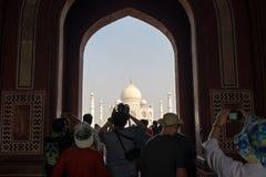 L'India Molta gente è visitante e parlante un'immagine di Taj Mahal a Agra, India immagini stock libere da diritti