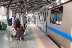 L'INDIA, NUOVA DELHI - 5 APRILE 2017: Pendolari che aspettano il metr fotografia stock libera da diritti