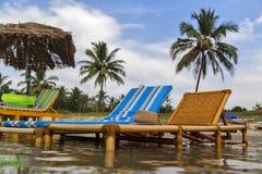 L'India, stato, goa, mare, Arabo, onda, spuma, schiuma, mare, costa, spiaggia, riva, sabbia, sabbia, ombrello, ombrello, canna, p Fotografia Stock