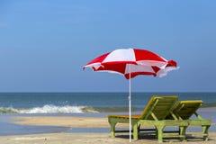 L'India, stato, goa, mare, Arabo, onda, spuma, schiuma, mare, costa, spiaggia, riva, sabbia, sabbia, ombrello, ombrello, canna, p Fotografie Stock