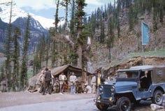 1977 L'India Un piccolo tè-negozio sulla strada principale di Leh-Manali Fotografie Stock Libere da Diritti
