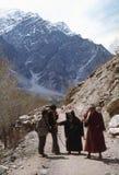 1977 L'India Una coppia fra Ladakh, un pezzo timido della macchina fotografica Fotografie Stock