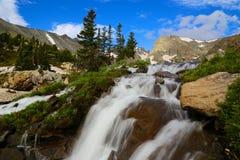 L'indiano alza la cascata verticalmente della regione selvaggia Fotografie Stock