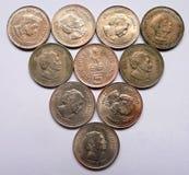 L'indiano anziano cinque monete della rupia ha messo nella forma traiangular Fotografie Stock Libere da Diritti