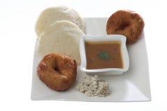 L'indiano hanno fritto il vada & il idli di medu dello spuntino con il chutney della noce di cocco e sambhar Immagini Stock Libere da Diritti