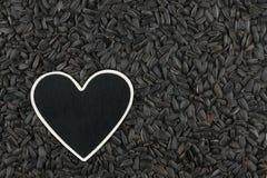 L'indicateur de coeur, le prix à payer se trouve sur des graines de tournesol photo libre de droits