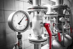 L'indicateur de pression est un tuyau industriel, valves, détail photographie stock libre de droits