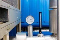 L'indicateur et le thermomètre de pression dans le tuyau froid de l'eau sur l'air conditionnent le système Images libres de droits