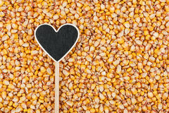 L'indicateur sous forme de coeur se trouve sur des grains de maïs Photo stock