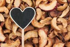 L'indicateur sous forme de coeur se trouve sur la pomme sèche Photo stock