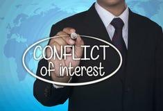 L'indicatore della scrittura di concetto di affari e scrive il conflitto di interessi Fotografia Stock Libera da Diritti