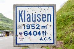 L'indicatore della strada di Chiusa passa sopra le alpi svizzere Immagine Stock