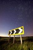 L'indicatore luminoso strascica su una strada, su un gatto e su un violino rurali Fotografie Stock