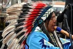 L'Indien d'Amerique indigène joue la cannelure photos stock
