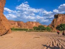 L'Indien de Navajo monte dans la vallée de Canyon de Chelly Photographie stock libre de droits