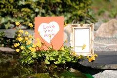 L'individu a fait la carte, le coeur blanc sur le fond rouge et un vinta vide Image stock