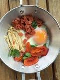 L'Indocina ha saltato in padella l'uovo con le guarnizioni nel mio stile tailandese casalingo Immagine Stock Libera da Diritti