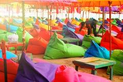 L'Indonésie, île de Bali, plage dans Kuta - 1er octobre 2017 : Le travailleur d'afe de ¡ de Ð dispose à ouvrir un restaurant sur  Photo stock