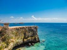 L'Indonesia - il ragazzo e la scogliera rosa della spiaggia fotografia stock libera da diritti