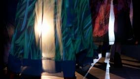 L'industria della moda, piede modella in scarpe del tacco alto sul primo piano della passerella video d archivio