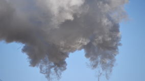 L'industriale fuma il fondo del cielo blu video d archivio