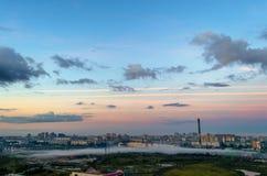 L'industriel et la zone résidentielle de la ville dans le brouillard a lieu en même temps pendant le matin à l'aube photo stock