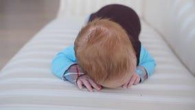L'infante si trova sul sofà video d archivio