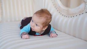 L'infante si trova sul sofà archivi video