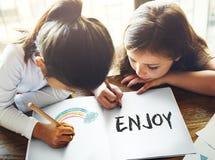 L'infanzia dei bambini gode del concetto di attività del gioco di divertimento Immagini Stock Libere da Diritti